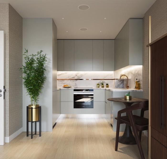 design intérieur moderne dans une petite cuisine aux murs gris et parquet bois avec crédence marbre blanc