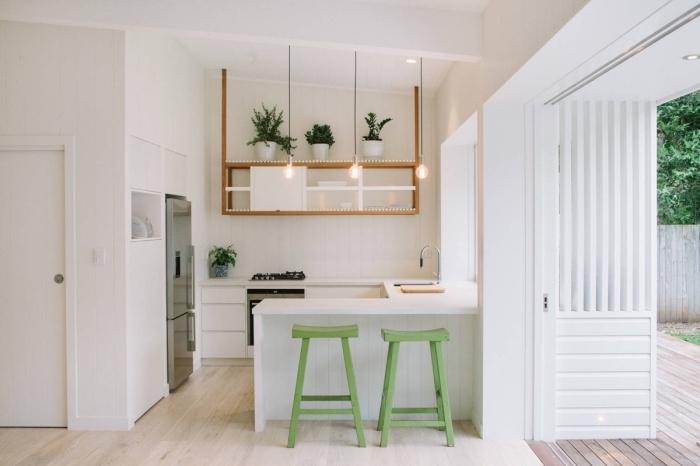 cuisine petit espace aménagée en forme U, exemple de cuisine total blanc avec meuble rangement suspendu en bois