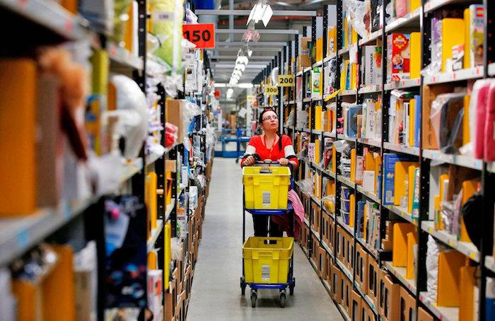 photo employée dans les rayons d'un entrepôt Amazon et dont le poste de travail ne semble pas être compromis par l'arrivée des robots dans les dix prochaines années