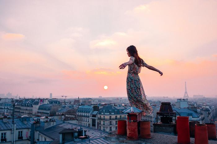 Paris et les toits, belle image robe longue femme, robe ete 2019, robe longue été, photo au coucher de soleil