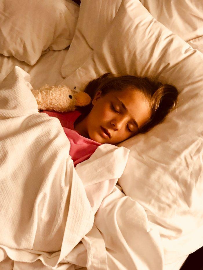 enfant qui dort, petit enfant au t shirt rose et une peluche