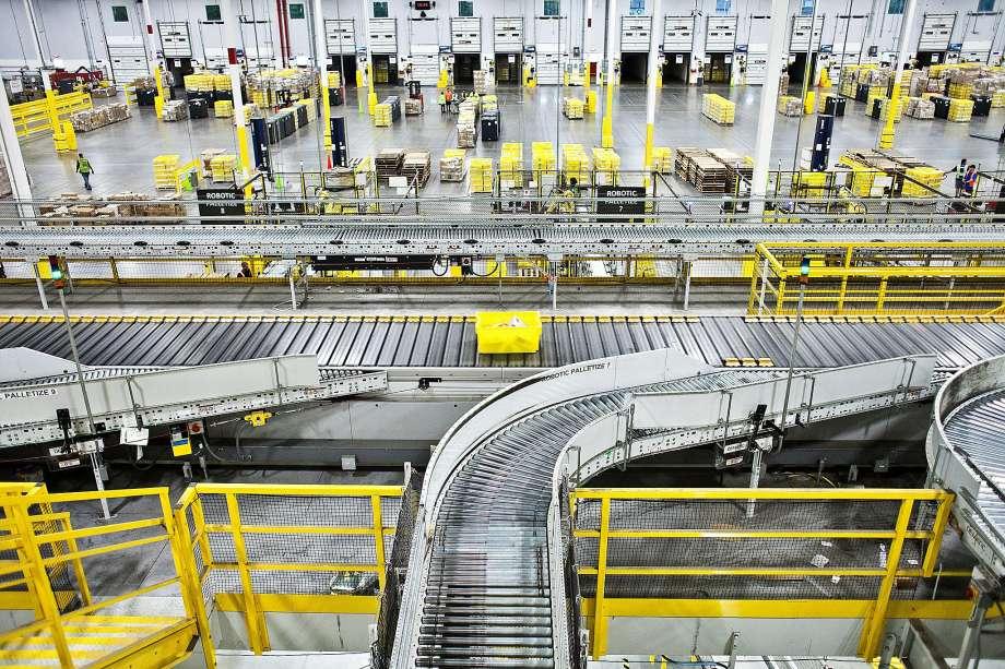 entrepôt Amazon avec une partie automatisée et le reste géré manuellement par des employés pour la prochaine décennie