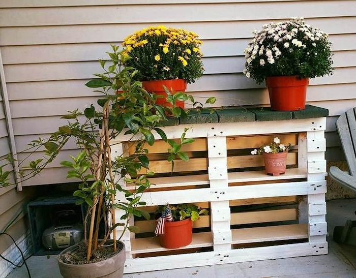 rangement pour pots de fleurs avec les planches d une palette recyclée, idee que faire avec des palettes
