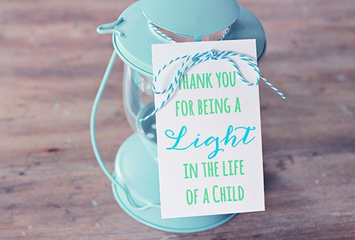 lanterne bleu ciel à allumer avec étiquette cadeau : merci d avoir été la lumière dans ma vie, cadeau maitresse maternelle