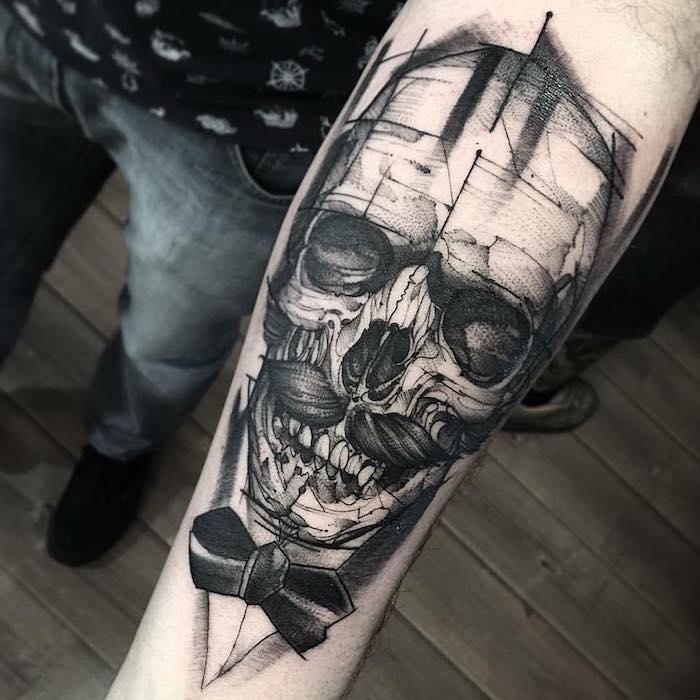 crâne squelette d homme au noeud de papillon et moustaches tatoué sur le bras d un homme