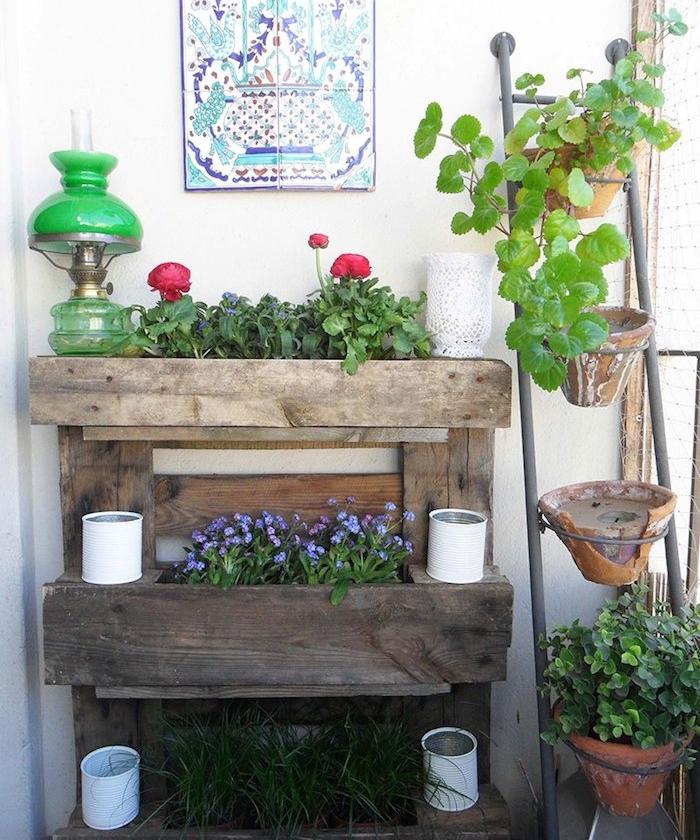 habiller un mur vegetal exteieur avec un rangement pour plantes en vieille palette recyclée