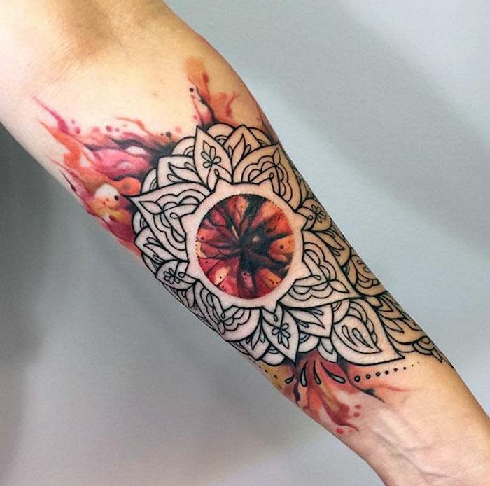 tatouage mandala fleur en flammes rouge, orange et rose, idée de dessin original en couleur