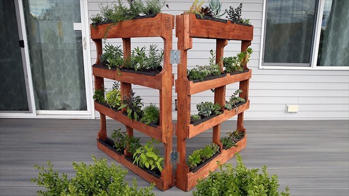 amenagement exterieur porche maison, rangement pots de fleurs dans une palette de bois, jardinière en bois diy