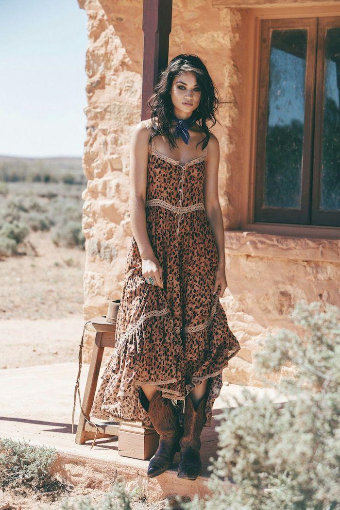 Bottes et robe d'été motif leopard moderne, tenue moderne, robe hippie chic, robe longue ete
