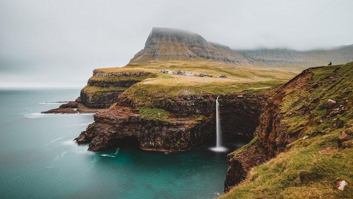 Faroe les plus beaux paysages du monde, paysage hiver endroit paradisiaque, océan et montagnes, chute d'eau qui va directement dans l'océan