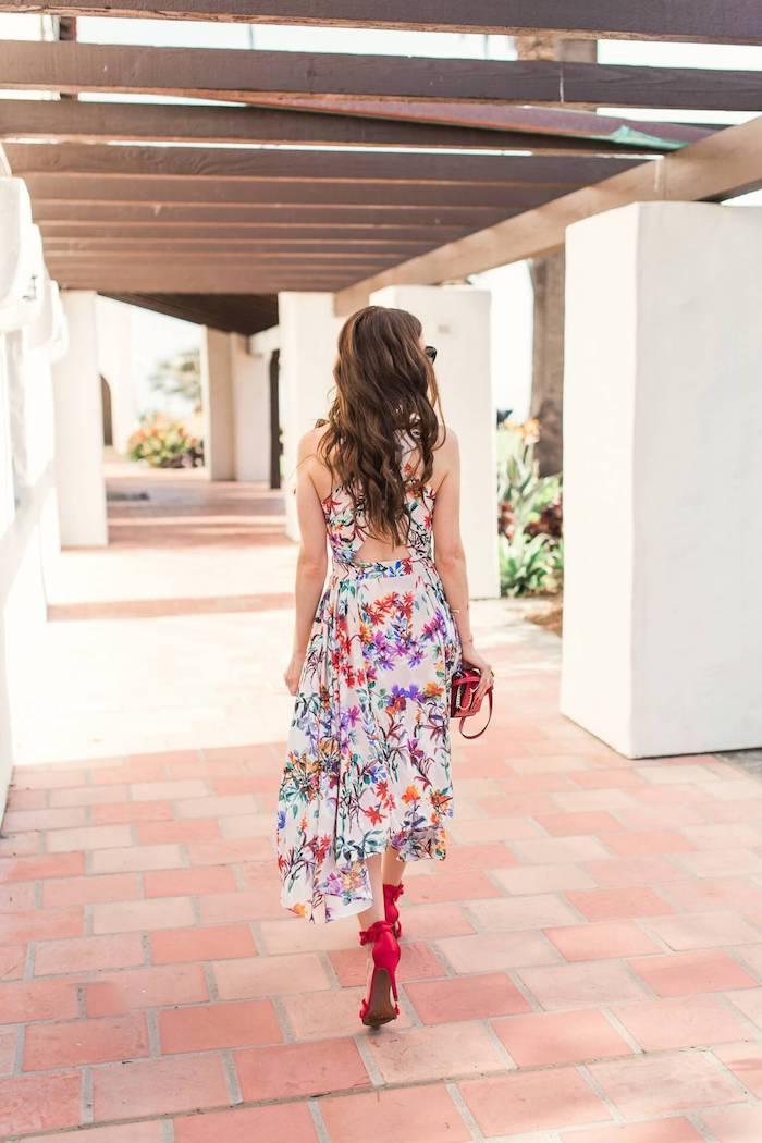 Rouges sandales à talon, longue robe à fleurs, longs cheveux ondulés, tenue tendance 2019, porter une robe hippie, robe longue ete