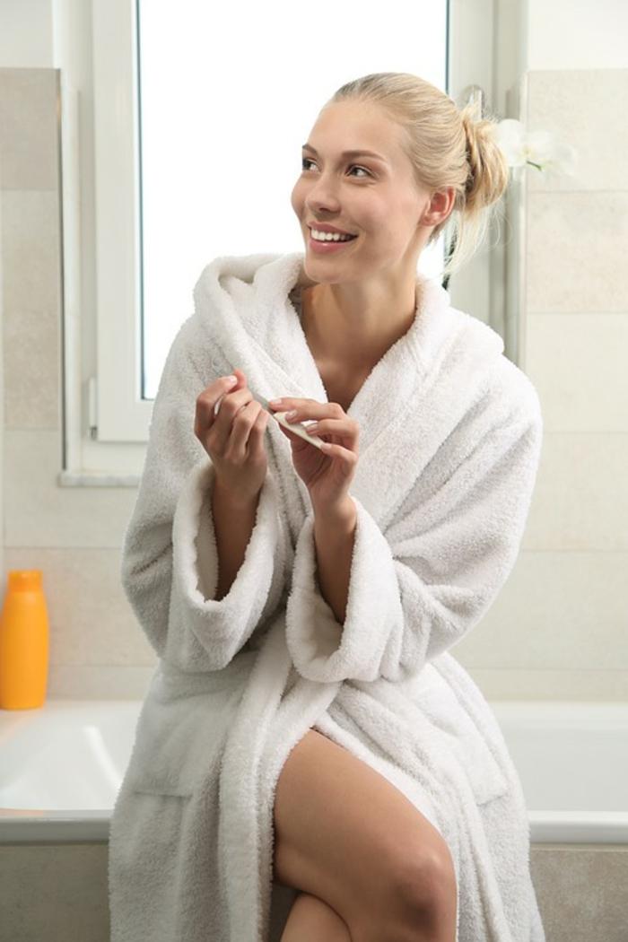 femme en peignoir éponge coton, se détendre après sa douche, cheveux blonds, chignon