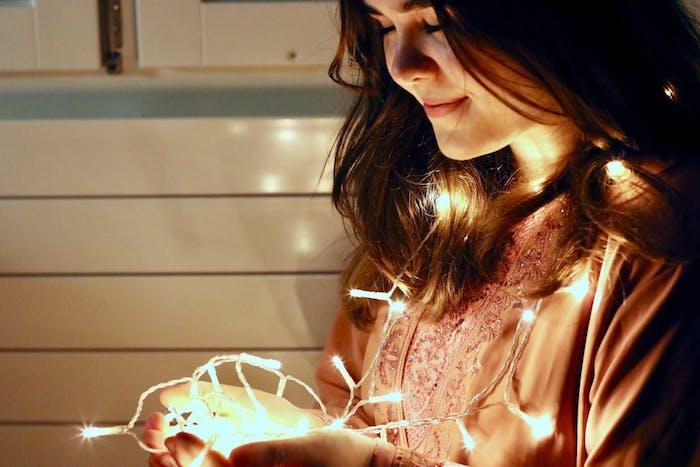 Femme photo avec guirlande lumineuse, ampoules LED, quelles sont les avantages et les désavantages