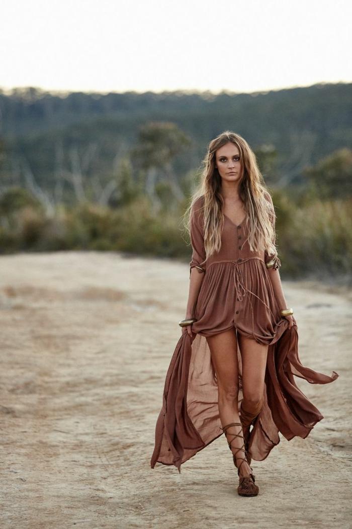 robe marron chocolat, cheveux blonds, sandales romaines, boutons, robe longue boheme