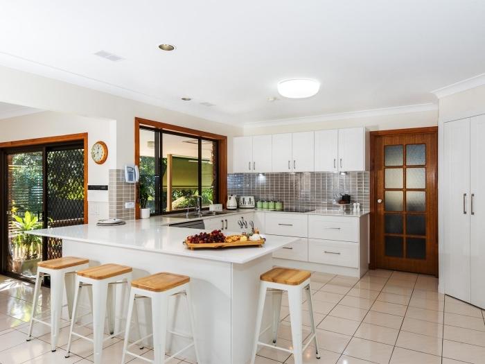 agencement cuisine en forme de U, comment aménager une cuisine ouverte sur trois murs avec un meuble îlot bar