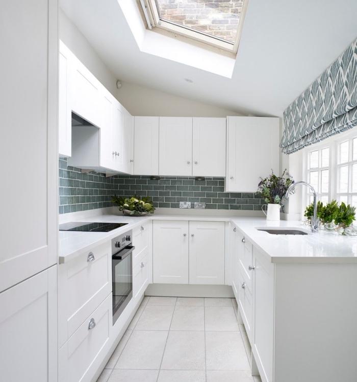 modèle de cuisine total blanc avec crédence en couleur, idée agencement petit espace dans une cuisine sur trois murs