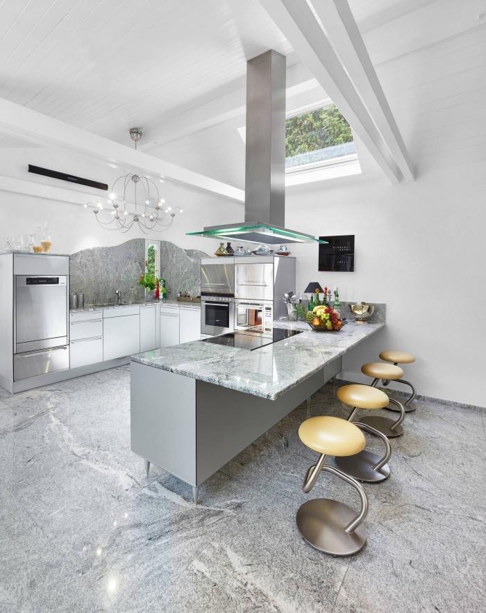 décoration de cuisine en blanc et gris luxueuse, modèle de cuisine en u avec ilot avec crédence et comptoir marbre