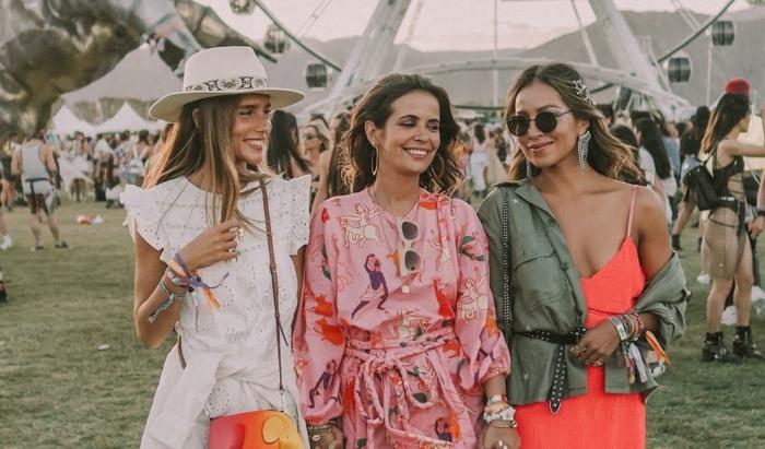 tenue de festival, robe blanche, chapeau avec périphérie, robe rose imprimés originaux, robe couleur corail, veste kaki