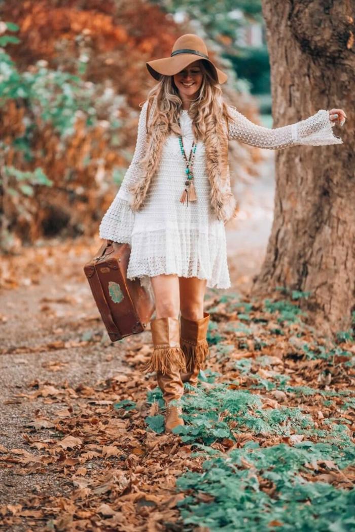 robe hippie chic blanche, robe blanche, cuissardes marron, bottes longues, chapeau périphérie marron, femme dans la forêt