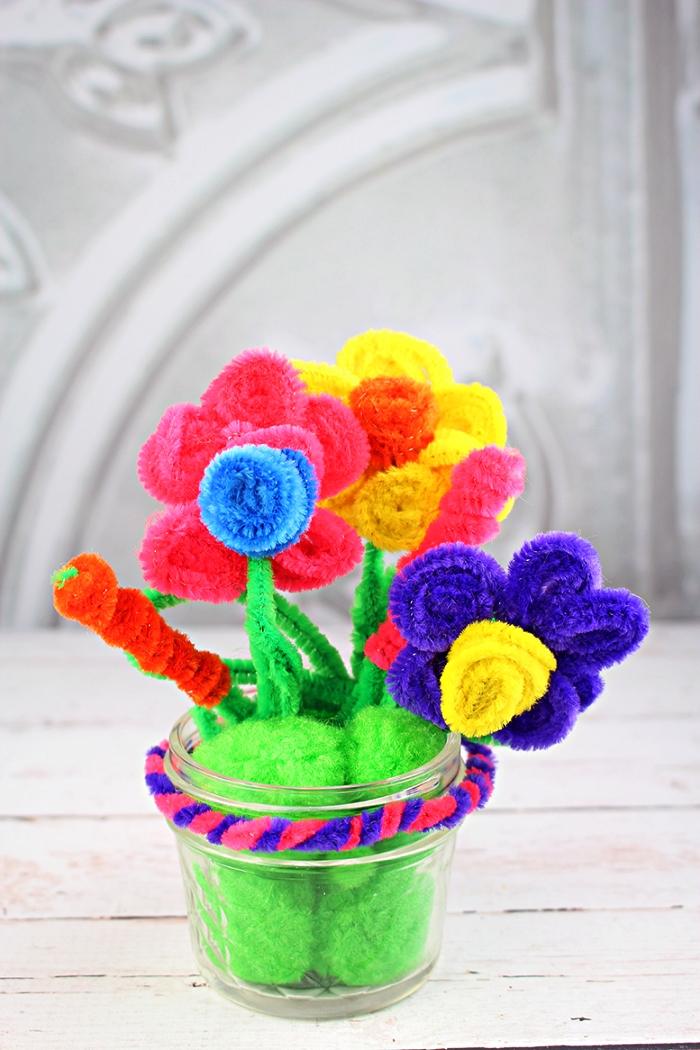 des fleurs en fils chenille dans un pot en verre, idée de cadeau fête des mères à fabriquer avec les enfants dès plus jeune âge