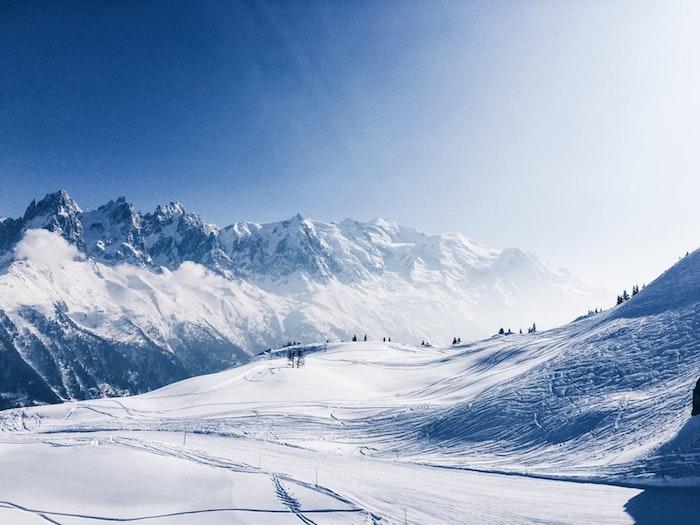 Hiver paysage, France les montagnes enneigés, les alpes photo paysage blanc et bleu, image fond d'écran paysage fantastique
