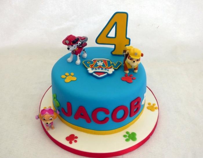 gateau anniversaire d enfant, figurines plastiques mignonnes, logo pat patrouille, pattes 3 d