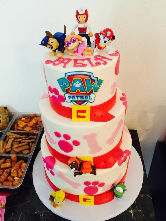 joli gâteau d anniversaire aux couleurs sucrées, troupe de chiens, pattes 3d en rose, gateau rose, rouge et blanc