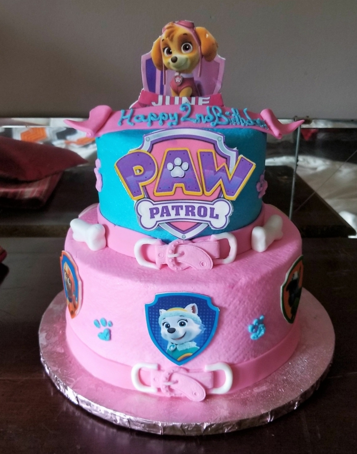 gateau rose et bleu, figurine pat patrouille, gateau enfant 2 ans, design gâteau en rose et bleu, pat patrouille figurine chien