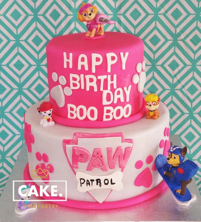 gateau anniversaire rose et blanc, figurines amusantes, inscription happy birthday, pattes empreintes
