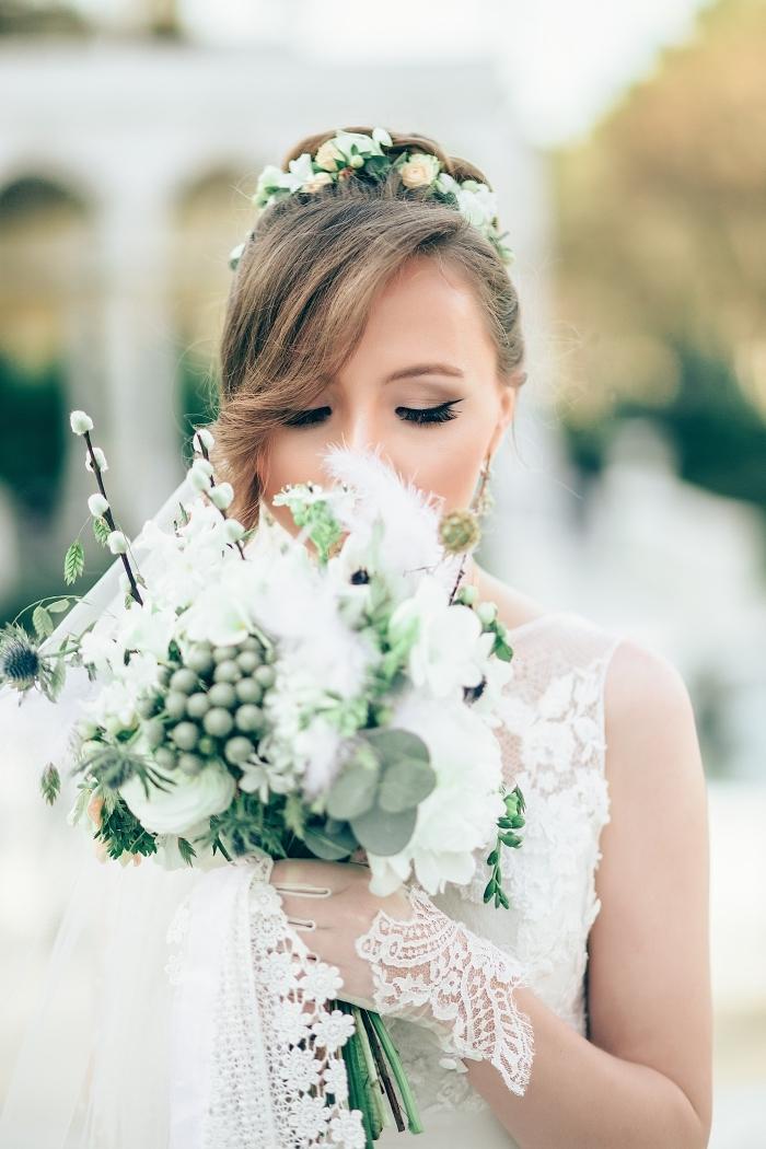 idée chignon mariage haut, modèle de coiffure pour cheveux longs attachés en chignon haut tressé avec diadème florale