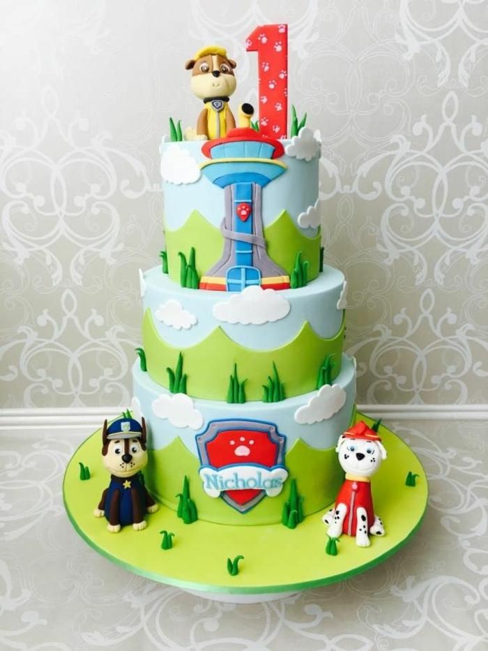 gâteau de trois étages, gateau enfant 1 an, glaçage gâteau vert, chiens policiers, personnage pat patrouille