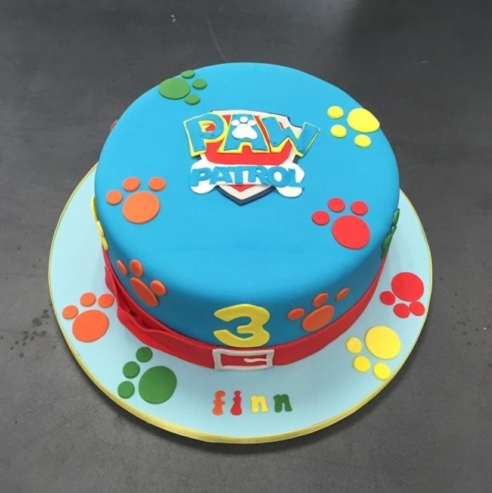 gateau anniversaire pat patrouille, pattes colorées 3d sur le glaçage bleu, gateau d anniversaire garçon