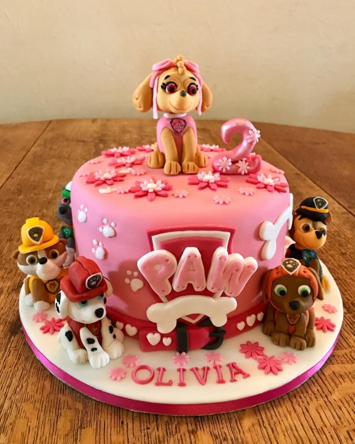 joli gâteau pour anniversaire de fille, gateau rose et blanc, figurines pat patrouille, fleurs, coeurs et logo pat patrouille
