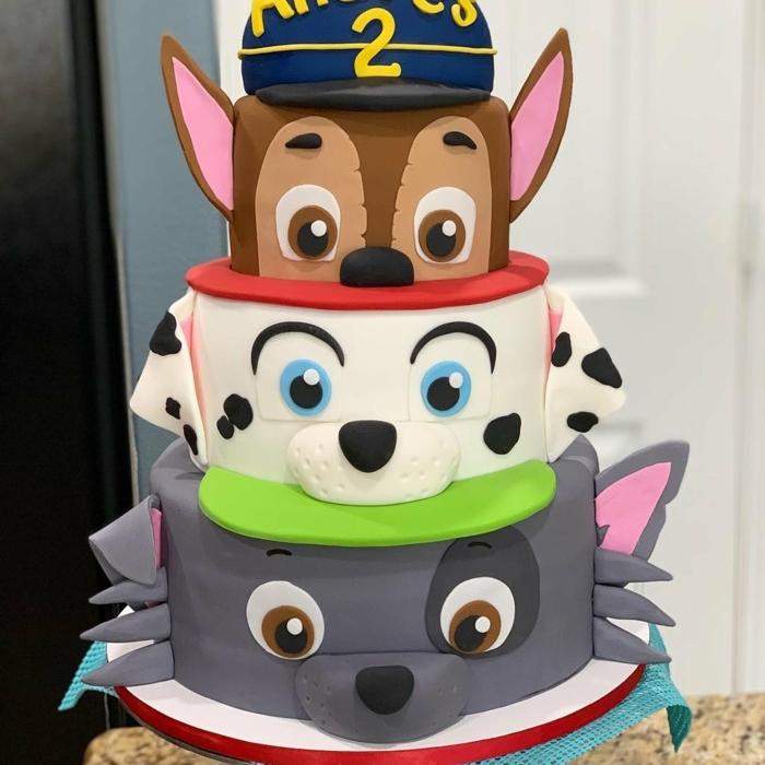 gateau chien pat patrouille, personnage pat patrouille amusant, gâteau à trois étages chiens