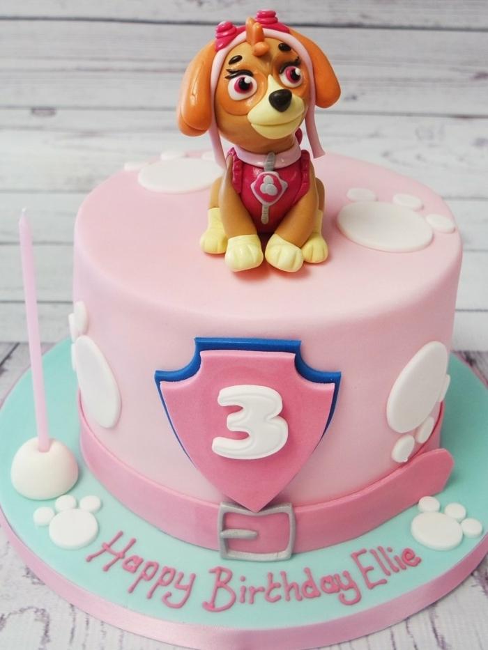 gâteau rose et bleu, chien plastique, personnage pat patrouille, figurine plastique, pattes de chien blanches