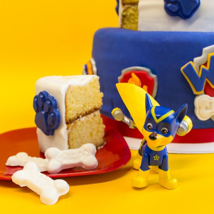 préparer un anniversaire pat patrouille, morceau de gâteau au glaçage blanc, logo, glaçage bleu