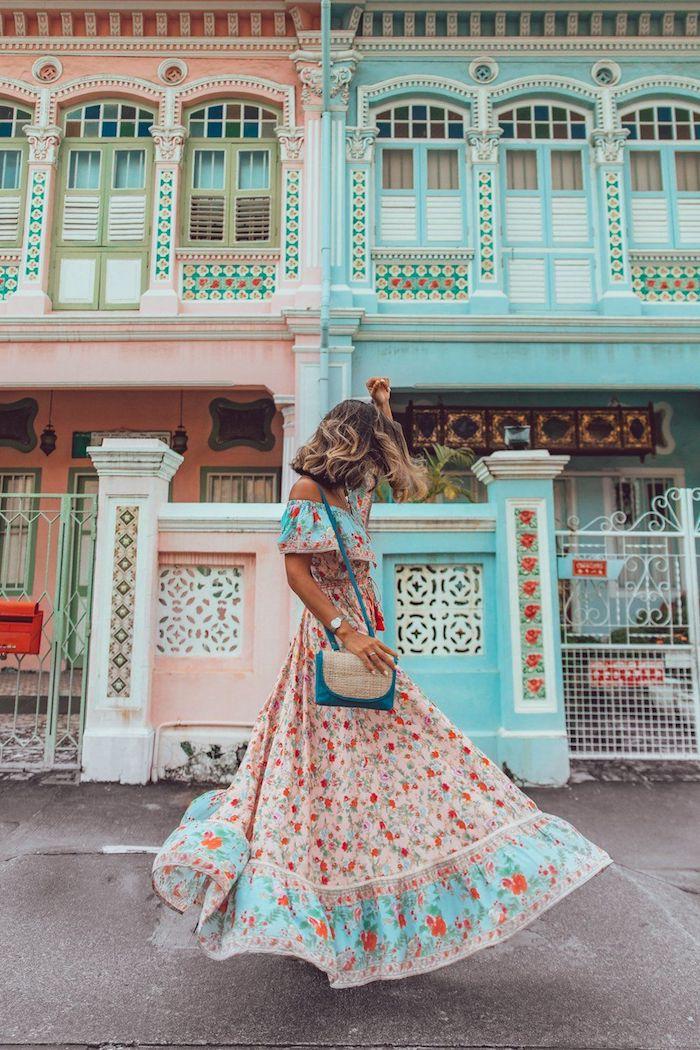 Beauté coloré, robe longue boheme chic, robe ethnique, festive tenue hippie femme avec robe style cuba, maisons pastel rose et bleu