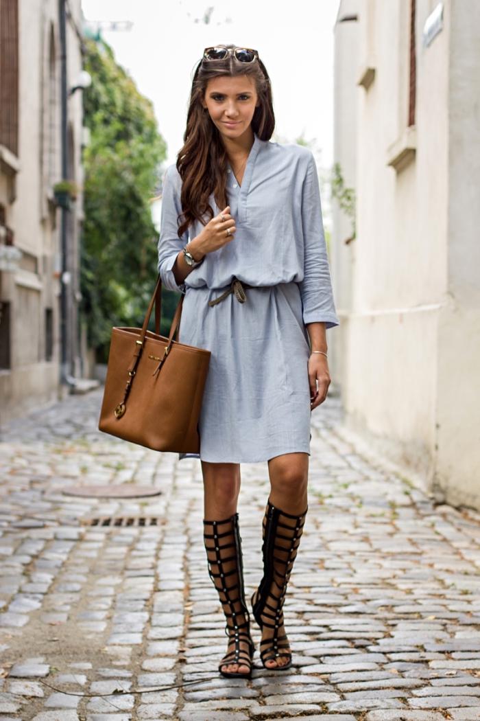 exemple de robe classe à design tunique avec ceinture, modèle de sandales spartes en noir, idée montre femme argent