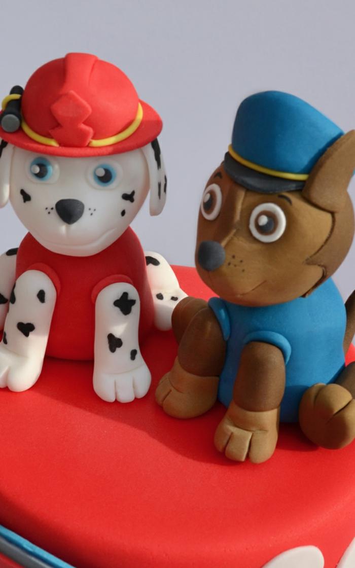 chiens sympathiques, figurines pat patrouille, gateau anniversaire enfant garçon, gateau chien