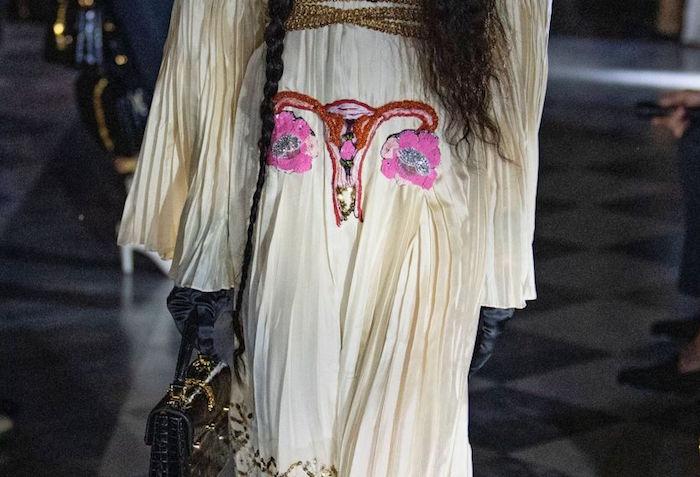 La robe ornée d'une broderie en forme d'utérus est la pièce maitresse du défilé croisière 2020 de Gucci