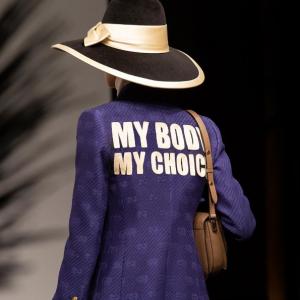 Gucci rend hommage aux combats feministes avec sa nouvelle collection signée Alessandro Michele