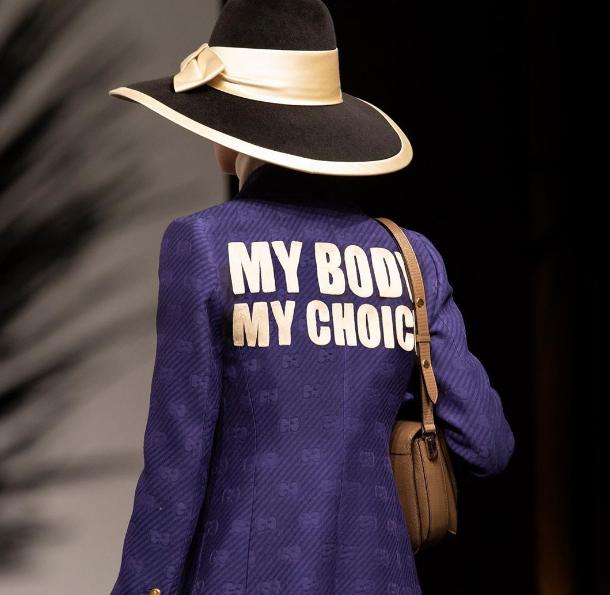 photo de la veste ornée du slogan My Body My Choice conçue par Alessandro Michele et présentée lors du défilé croisière 2020 à Rome