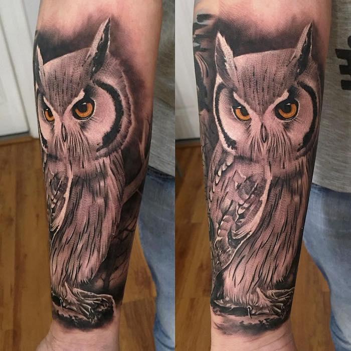 hibou tatoué aux bras et des yeux marron, oiseau nocturne dans un style graphique, oiseau noir et marron