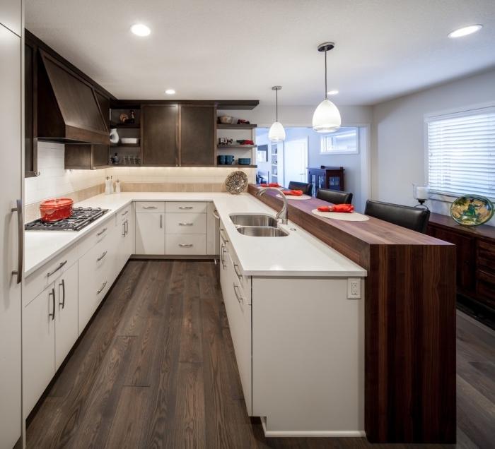 modèle de cuisine équipée, exemple de cuisine blanc et bois foncé, quel éclairage du plafond pour une cuisine moderne