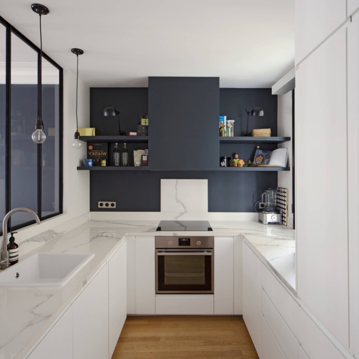comment aménager une petite cuisine sur trois murs, exemple de cuisine en forme de U aux murs blancs et plancher bois