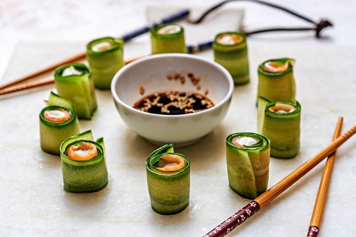 des roulés de concombre au saumon fumé, idée de menu pour un apero dinatoire pour 20 personnes