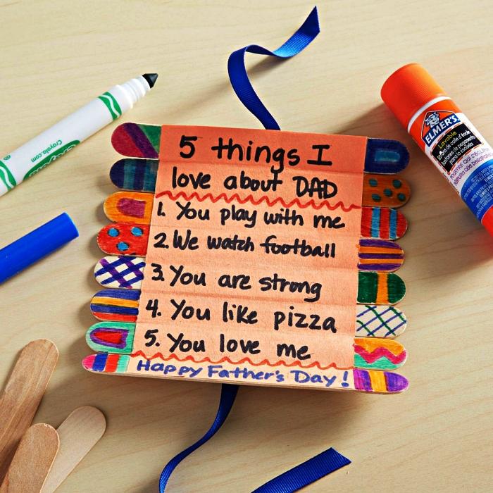 idée cadeau fête des pères à fabriquer facilement avec les plus petits, 5 raisons d'aimer papa écrites sur des bâtons de glace