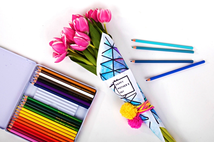 emballer un bouquet avec du coloriage enfant spécial fête des mères, idée de cadeau original pour la fête des mères 2019, cadeau fête des mères tout petit