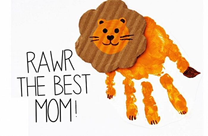 carte fête des mères lion avec une empreinte de main et message personnalisé, bricolage de fête des mères pour les tout petits