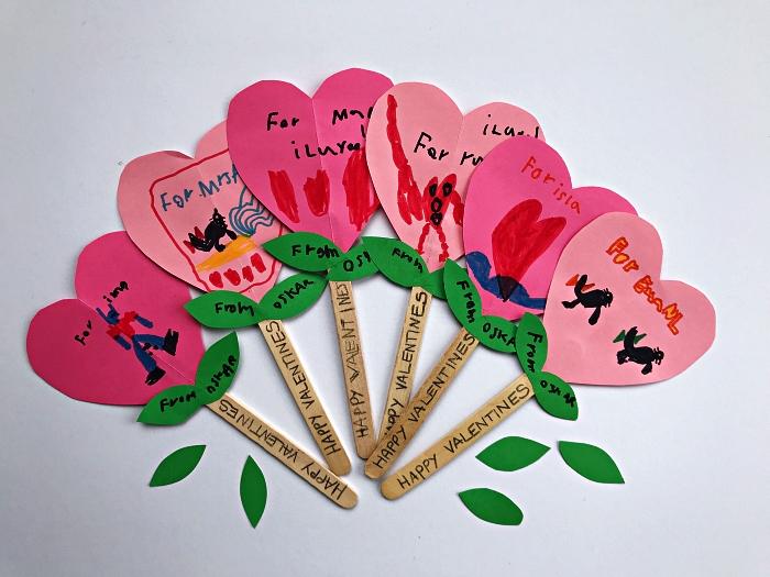 petit bricolage en papier pour réaliser un cadeau pour la fête des mères ou la saint-valentin, bricolage de fête des mères pour les tout petits, une fleur coeur en papier et bâtonnet de bois